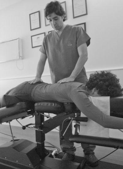 Camilla flexión-distracción para tratamiento de hernia discal